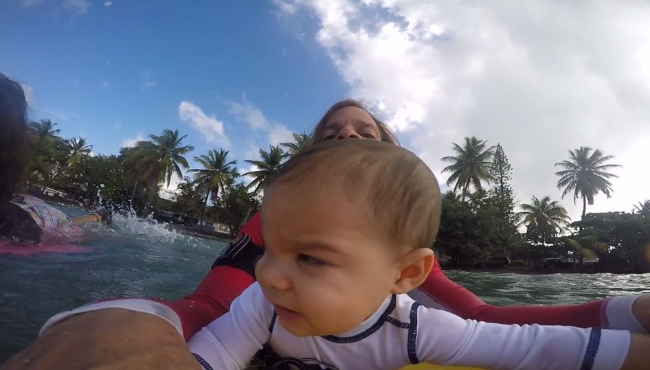Pai leva filho de 9 meses para surfar e filma o momento