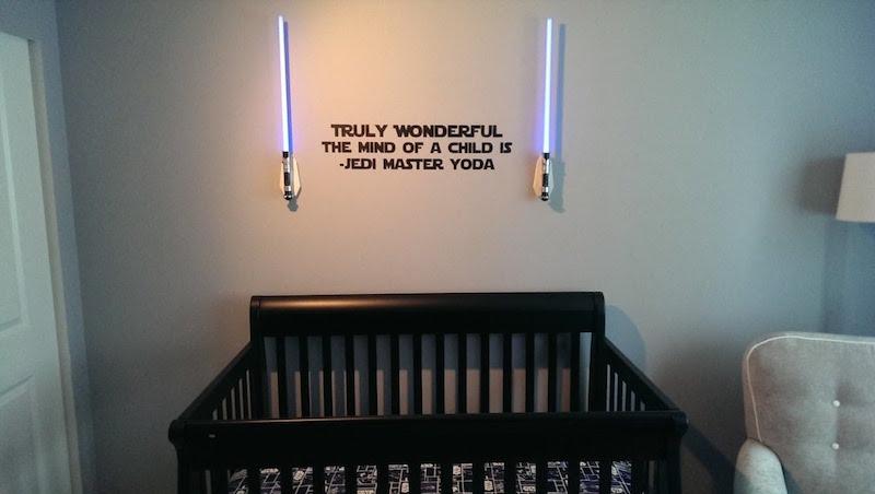 Quarto de bebê com decoração inspirada na cultura pop
