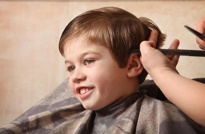 O momento do corte de cabelo de menino