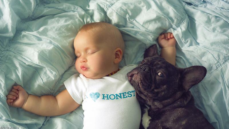 bebê-e-cachorro-dormindo