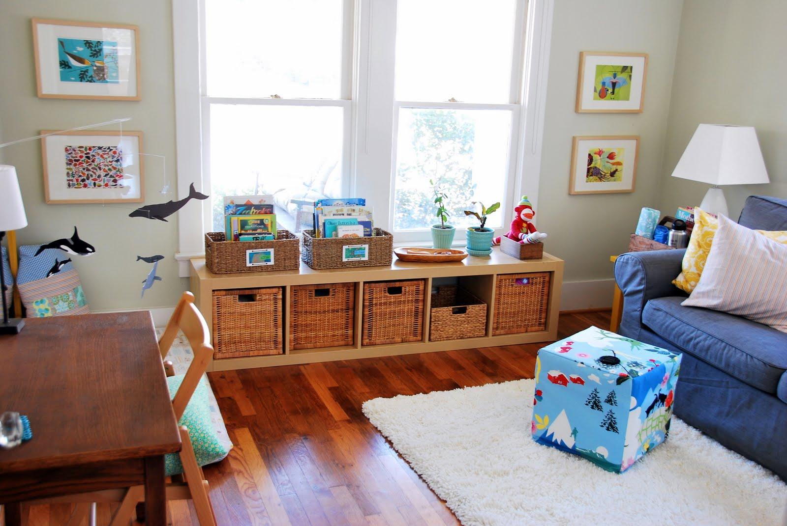quarto montessori brinquedos e livros
