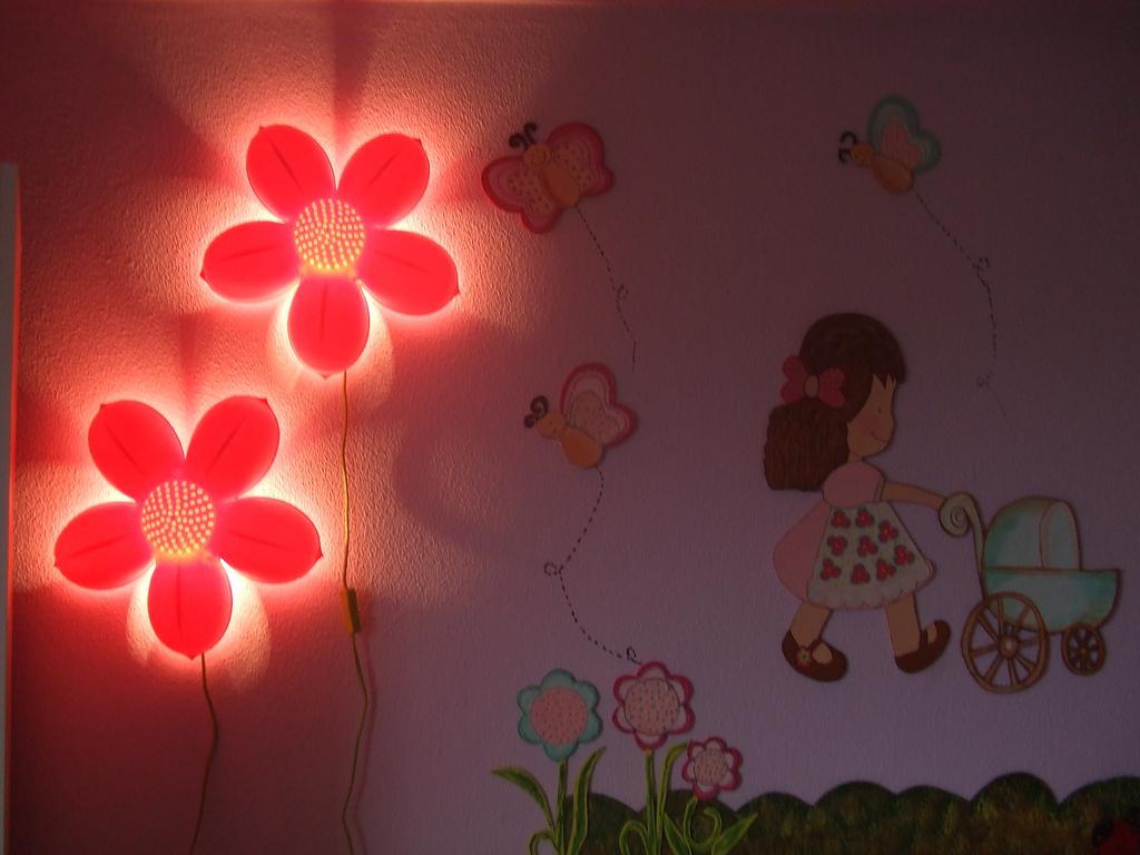 ... de luz de led dando destaque aos livrinhos e bichos de pel?cia do