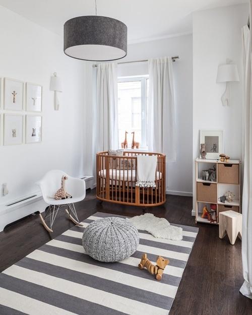 Um quarto de bebê simples e cheio de estilo