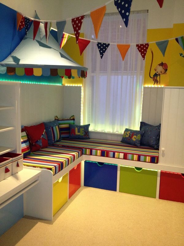 quarto de menio cortina e gavetões