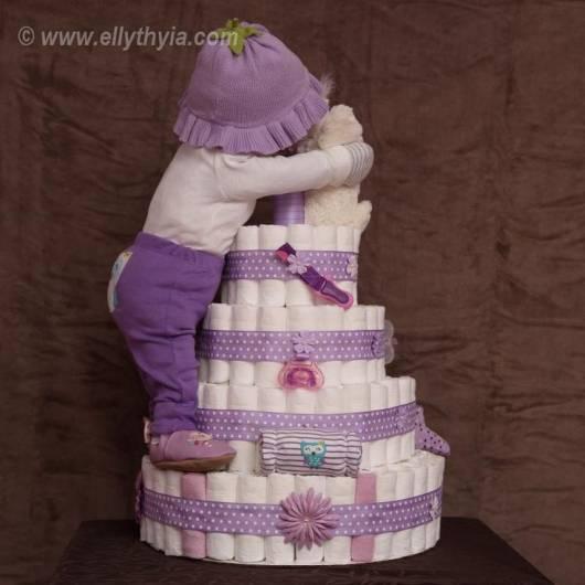 bolo-de-fraldas-bebê-escalando