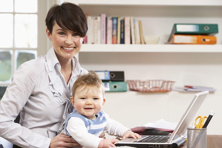 Como as mamães podem trabalhar de casa enquanto cuidam de seus bebês?