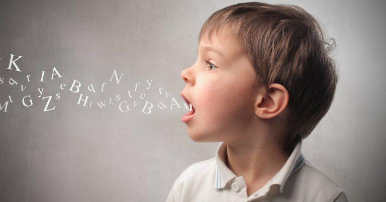 Em que idade o bebê deve começar a falar?