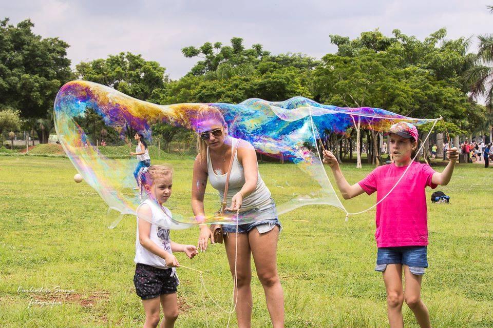 brincadeiras-ao-ar-livre-bola-de-sabao-gigante