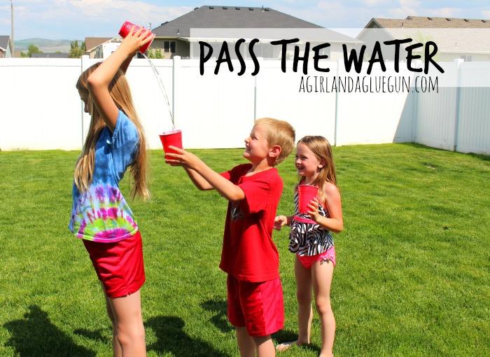 brincadeiras-ao-ar-livre-passando-a-agua