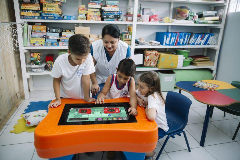 Mesa digital com jogos educativos