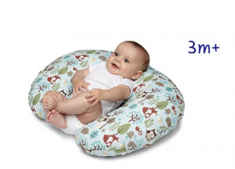 Usando a almofada de amamentação de apoio para o bebê