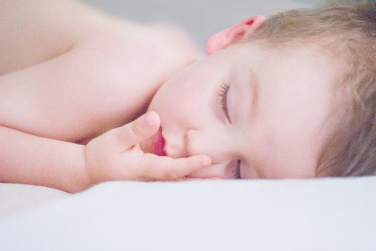Você não precisa desmamar o bebê para que ele aprenda a dormir!
