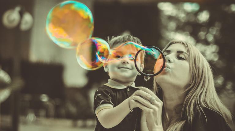Qual a função dos adultos nas brincadeiras infantis?