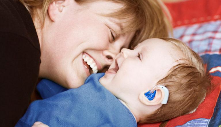 Como perceber deficiência auditiva em bebês? E qual o tratamento?
