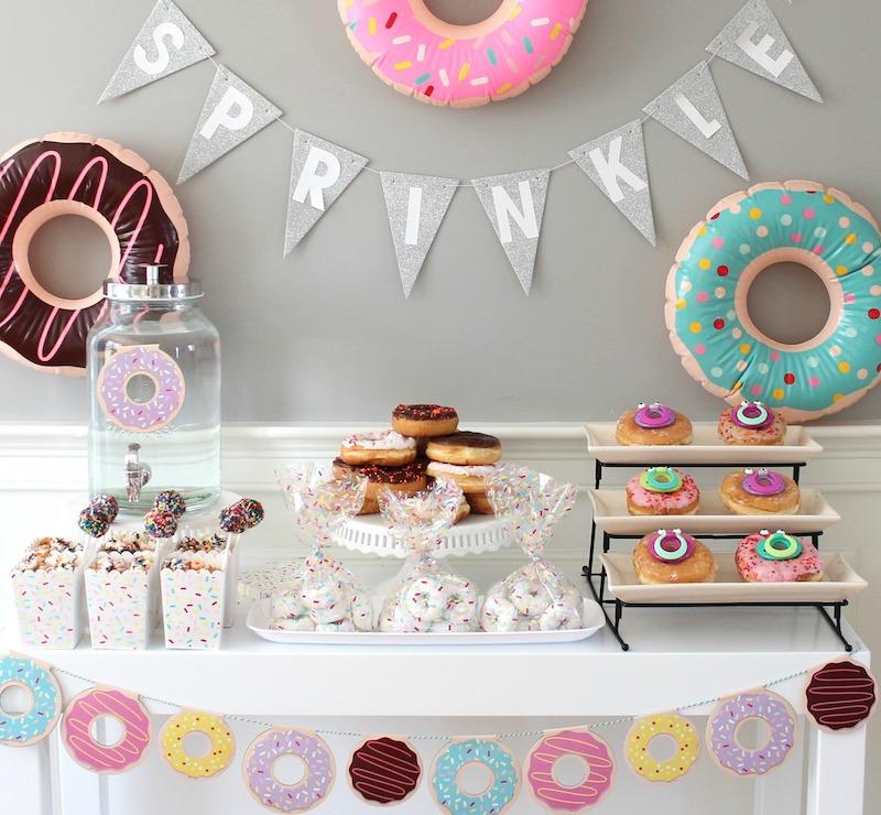 inspiração de decoração de mesa principal com tema rosquinhas