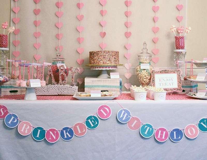mesa principal de um chá de bebê com muito amor