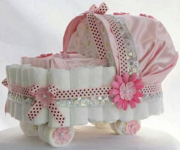 bolo de fraldas em formato de carrinho de bebê