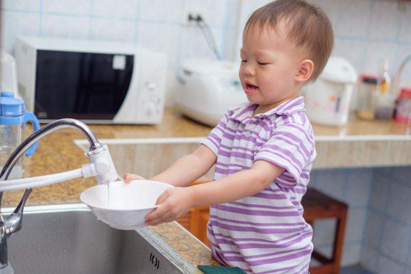 crianças e as tarefas da casa