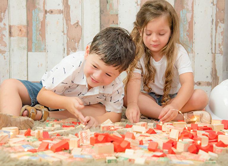 Construir os próprios brinquedos estimula os sentidos, da visão à comunicação