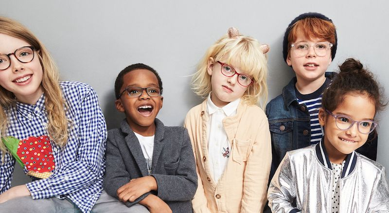 criança usar óculos de grau