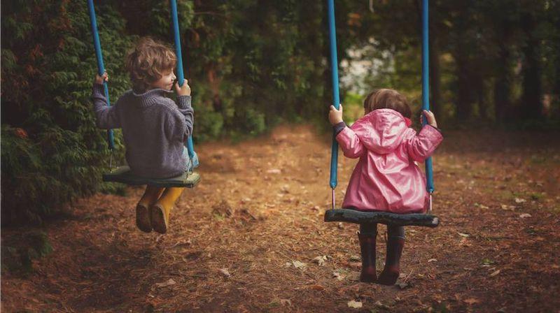 crianças e parquinho